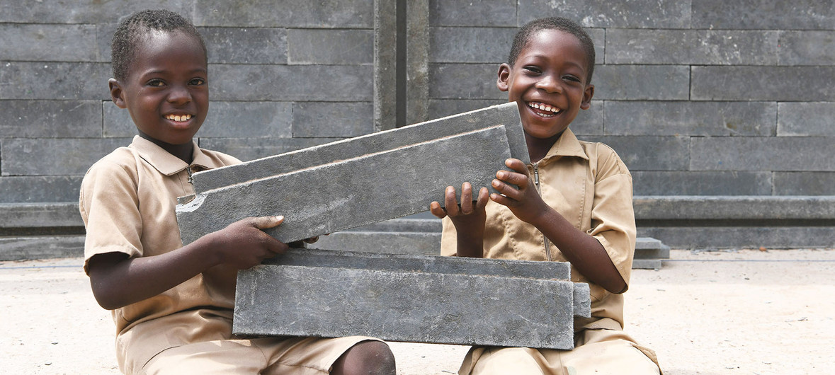 Plastic Recycled bricks, builds school